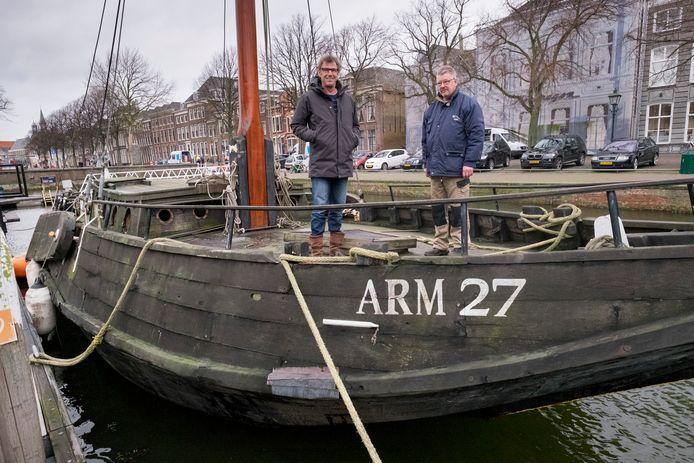 Voorzitter Jaap Verwest (l) en Mario Stoel van de Museumhaven Zeeland op de inmiddels gesloopte hoogaars ARM 27 in de Oude Haven van Zierikzee.