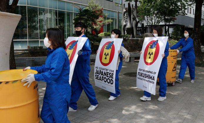 Leden van een milieuorganisatie demonstreren in de Zuid-Koreaanse hoofdstad Seoul tegen het besluit van de Japanse regering om bewerkt radioactief water van de in 2011 door een aardbeving getroffen kerncentrale in Fukushima in zee te dumpen. De regio Fukushima werd vrijdagochtend opnieuw getroffen door een aardbeving.