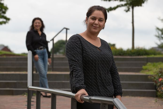 De Syrische statushoudster Janda Mohammad op de trappen tussen InBeeld en het Hardenbergse gemeentehuis. Op de achtergrond Anne van den Hoek, die het '1000 kansen-project' van InBeeld in goede banen leidt.