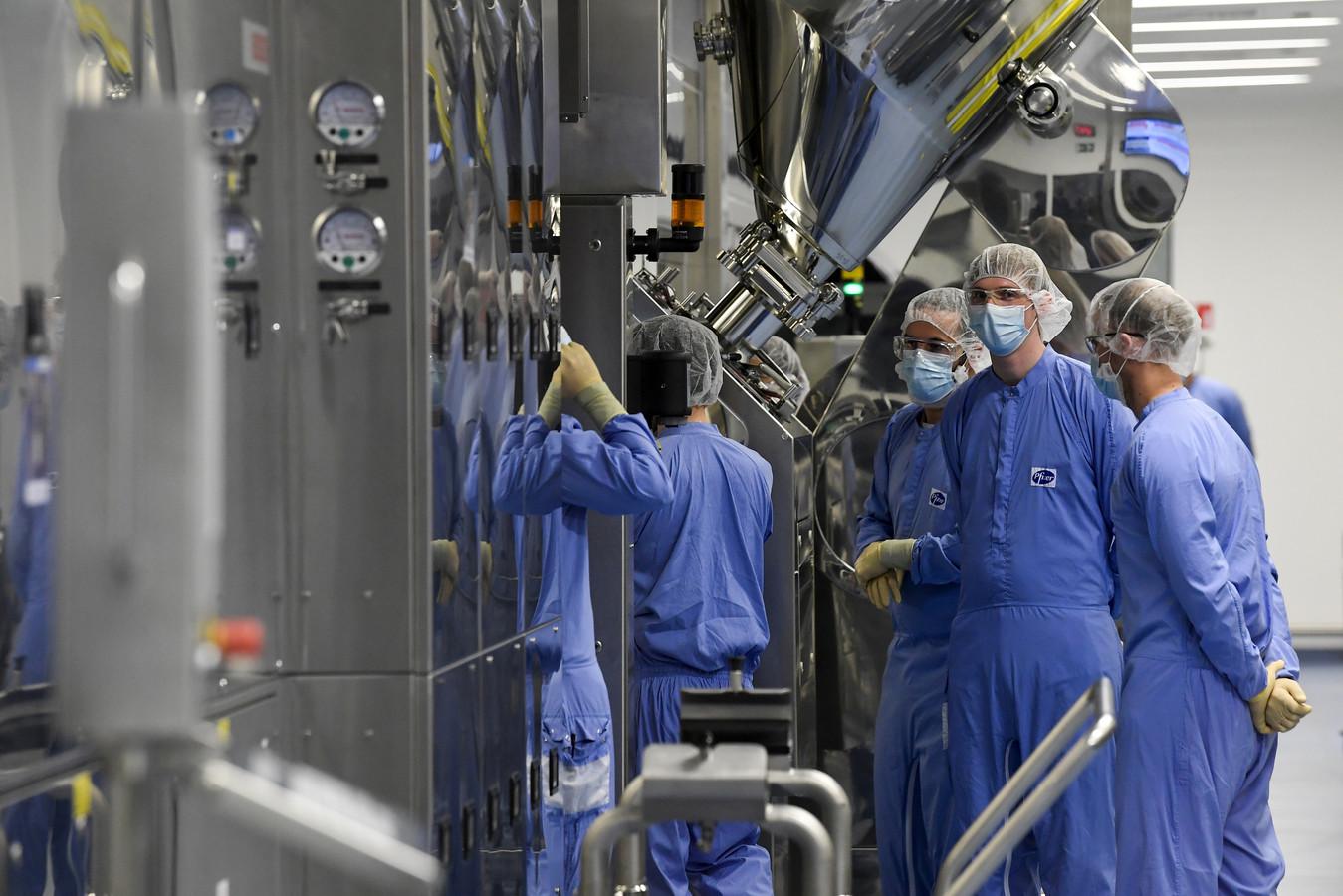Personeel van de Pfizer-fabriek waar coronavaccins worden gemaakt in het Belgische Puur.