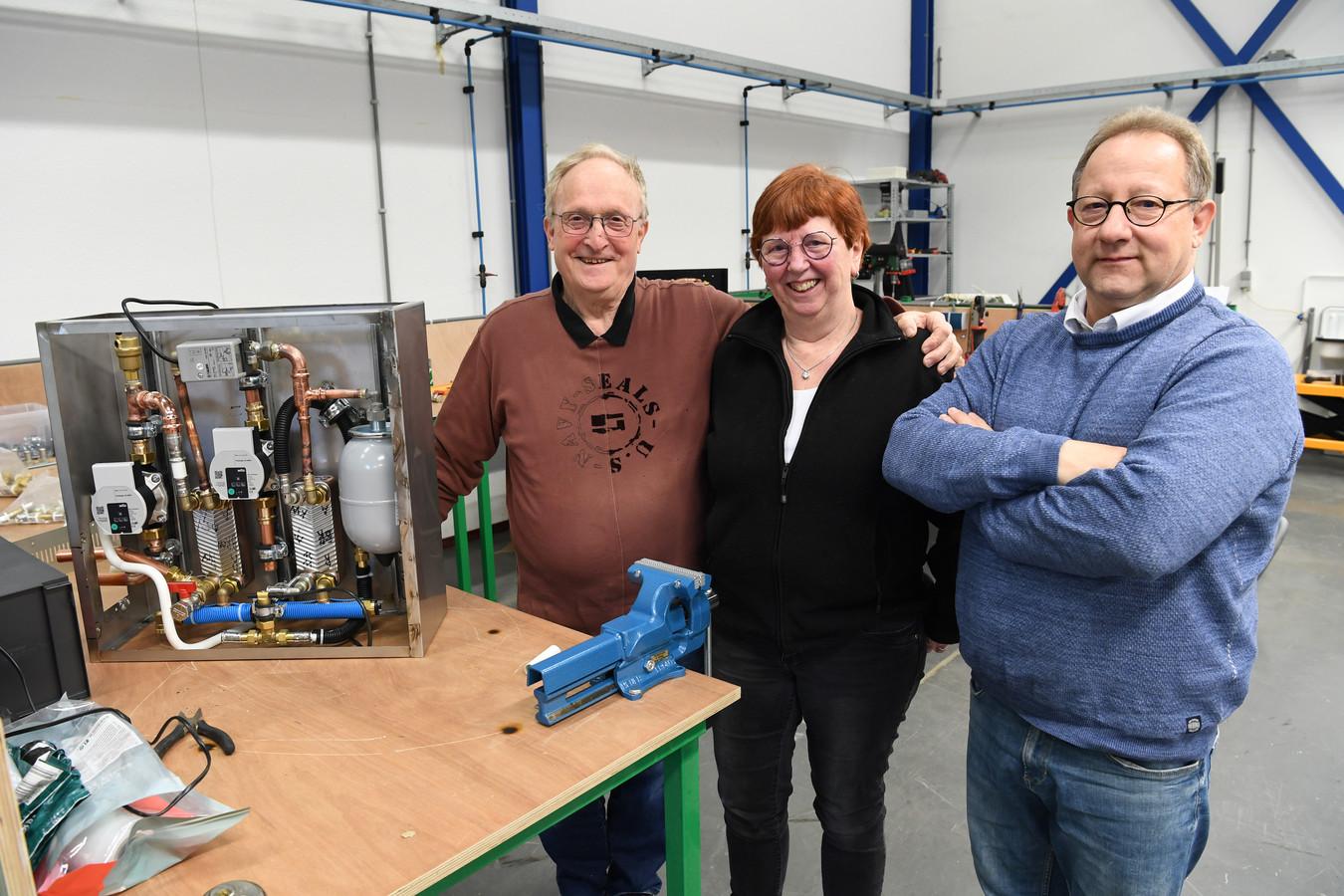 Henk Verhagen en zijn vrouw Willy Verhagen zijn trots op de uitvinding van de elektrische cv-ketel met inductie. Rechts zijn neef en CEO Eric Verhagen.