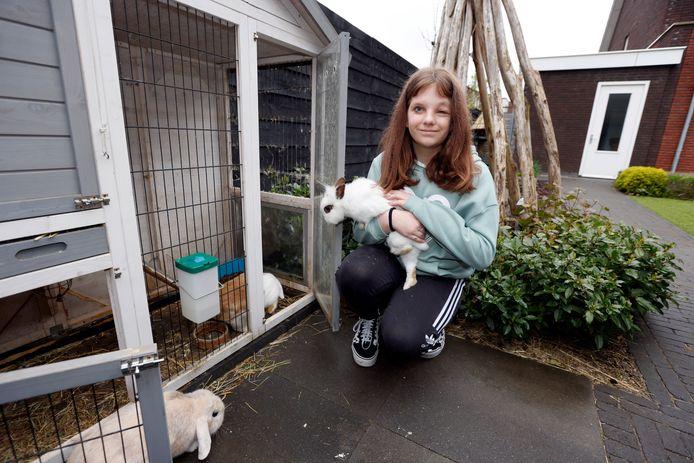 De 11-jarige Dewi met haar konijnen Grumpy, Stampertje en Vlekkie.