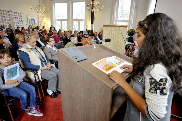 Aftrap van de Dag van de Dialoog. Carolina Dankers leest voor.Foto Tim Rijnhout/PVE