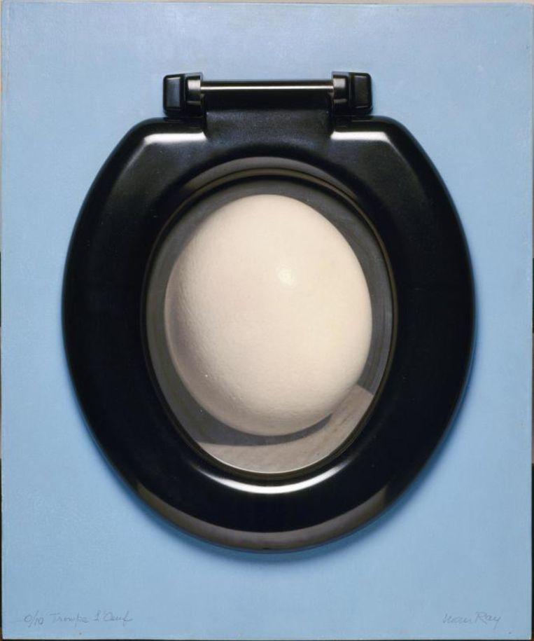 'Trompe l'oeuf' van Man Ray is een struisvogelei ingelijst met een toiletbril. Beeld rv