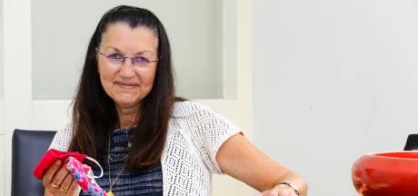 Huisarts uit Schoonrewoerd deelt al maanden gratis katoenen mondkapjes uit, nu wil iederéén ze opeens