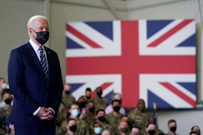 President Joe Biden luisert als zijn echtgenote Amerikaanse militairen op een basis in Suffolk toespreekt