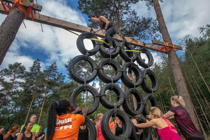 Bij veel van de 36 te nemen obstakels werd een stevig beroep gedaan op de klimcapaciteiten van de deelnemers aan de derde editie van de Dakar Challenge Run.