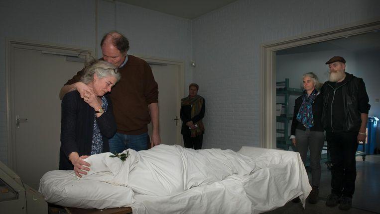 Het afscheid van een bejaarde moeder. De overledene ligt in een laken gewikkeld in het crematorium Beeld Sabine Joosten / Hollandse Hoogte