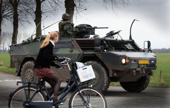 Militairen van de Landmacht oefenen in Zoelmond.