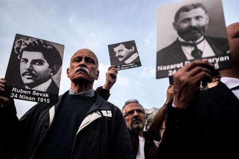 Demonstranten in Istanbul met afbeeldingen van slachtoffers van de Armeense genocide. Beeld Joris van Gennip