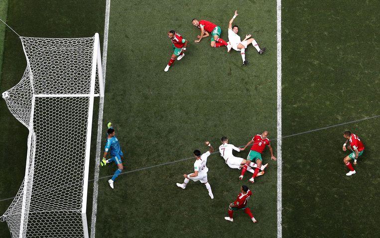 Met gevaar voor eigen leven vliegt Ronaldo naar de bal en kopt de 1-0 binnen voor Portugal tegen Marokko. Beeld Getty Images