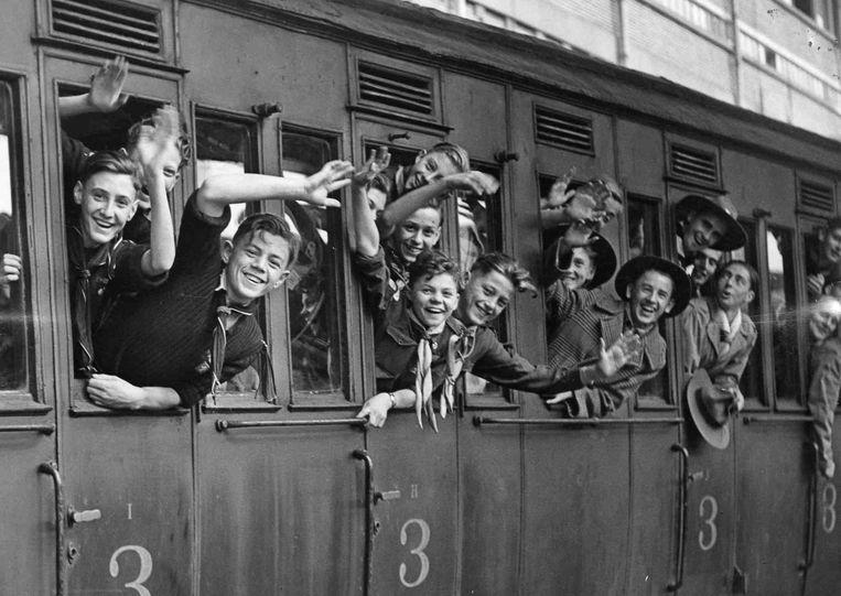 Scoutsjongens vertrekken naar een jamboree in het Franse Moisson, in 1947. Beeld BELGAIMAGE