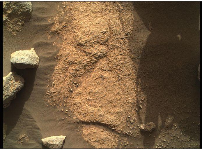 Een haarscherp beeld dat de Perseverance nam met de camera op zijn robotarm. Het beeld toont de bodem van de rode planeet en dateert van 9 mei.