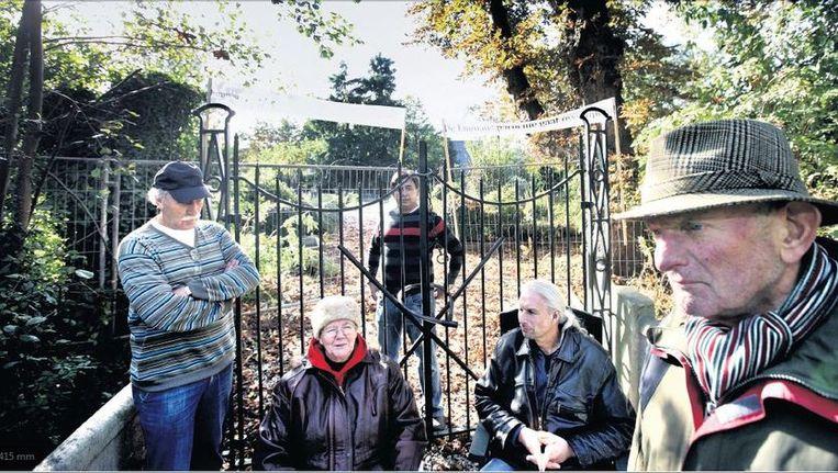 De krakers van het Zijdelveldkerkhofje in Uithoorn. Zij willen zeggenschap over de graven, en het onderhoud gewoon zelf doen. Beeld Jean-Pierre Jans