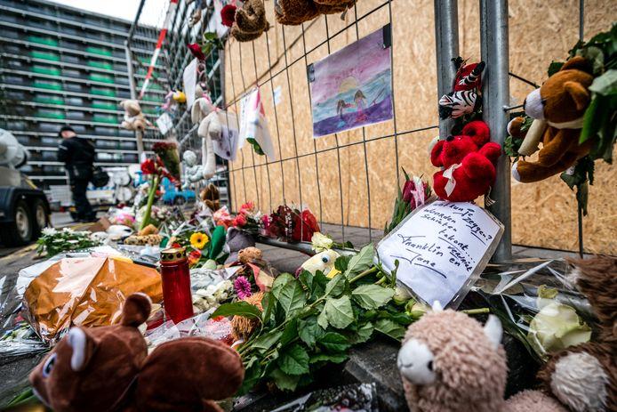 Bloemen bij de flat aan het Gelderseplein in Arnhem waar een vader en zoon omgekomen zijn bij een brand in de Nieuwjaarsnacht. De oorzaak van het fatale ongeval is vuurwerk op een bank die in de portiek stond.