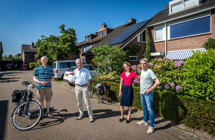 Aart-Jan Hoeven, Jan Geevers en Nanette en Ronald Rijnen (vlnr ) in de Mozartlaan in Aalste hebben overlast van steenmarters in hun woningen.