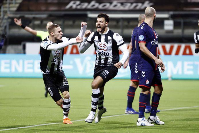 Silvester van der Water (links) is blij voor de opgeluchte Sinan Bakis (rechts) na de eerste goal van de spits.