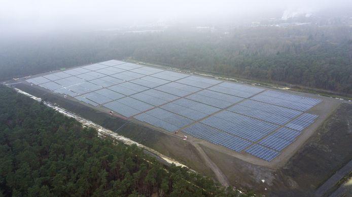 De oude vuilstort vanuit de lucht. Bovenop de bult zijn ruim 15.000 zonnepanelen geplaatst.