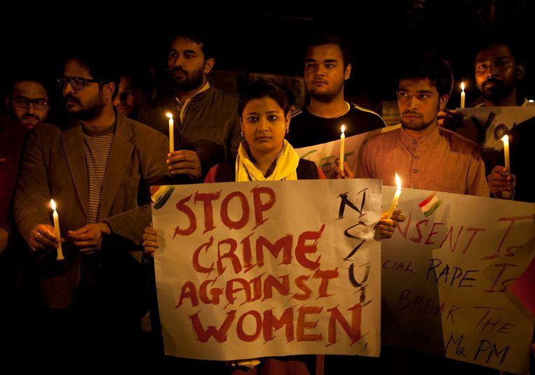 Tijdens een wake in New Delhi wordt gebeden voor een slachtoffer van groepsverkrachting. Beeld AP