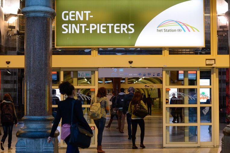 Vooral in de kleinere betrokken stations is de impact groot, maar ook bijvoorbeeld in Gent-Sint-Pieters zullen de loketten 's avonds een half uur eerder sluiten. Beeld Vollaert