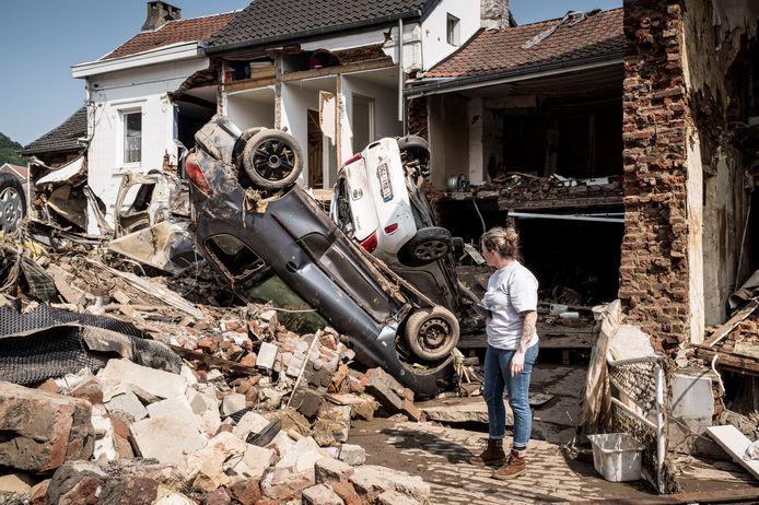 Een vrouw in het Waalse Pepinster kijkt naar de schade van de overstromingen.
