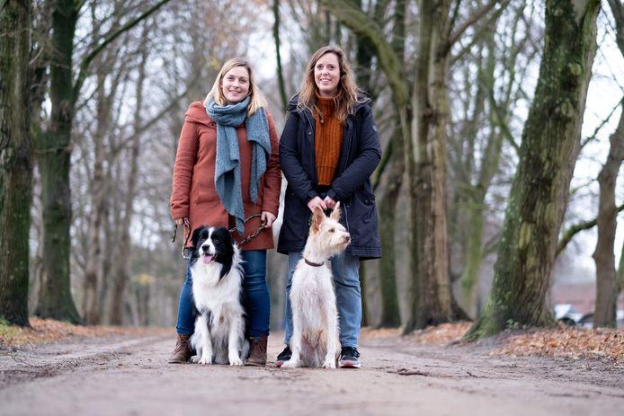 Charlotte Corthals (met Juno) en Janne Fierens (met Hugo) ijveren voor een hondenweide nabij het Lierse stadscentrum.