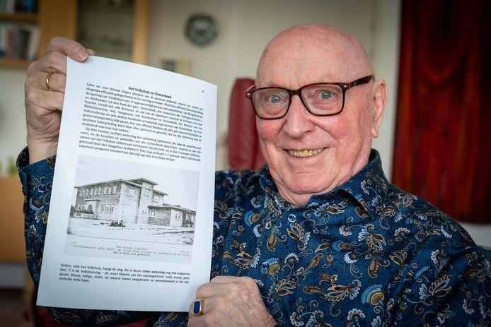 Wim van Zanten (85) met een bladzijde uit het boek dat hij aan het schrijven is over zalencentrum Lebret in Oosterbeek.