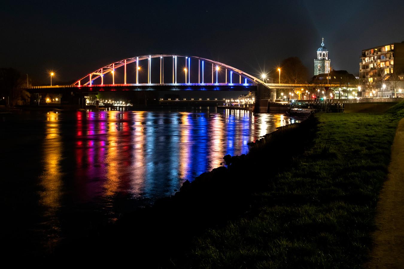 De Wilhelminabrug in Deventer wordt bij speciale evenementen verlicht. Hier tijdens de viering van 75 jaar vrijheid in de stad afgelopen april.