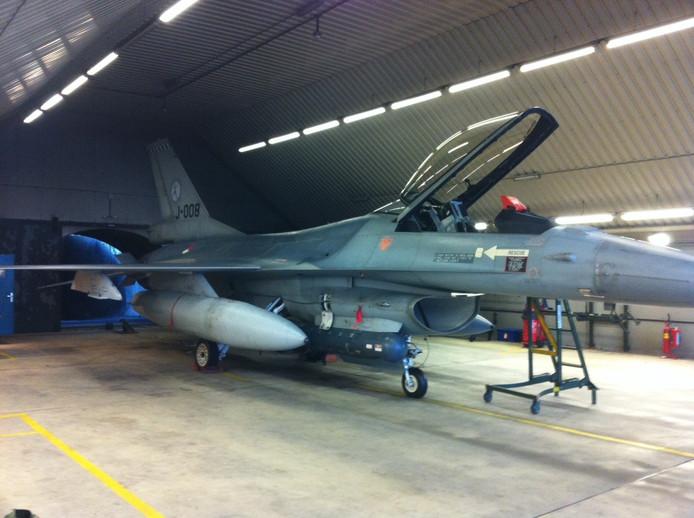 De F-16 staat klaar voor vertrek in de shelter op vliegbasis Volkel.