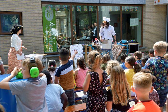 Kok Harry van Bistro De Vette Hap krijgt inspecteur Parasol op bezoek. De kinderen van de zomerschool in Terneuzen smullen van het verhaal.