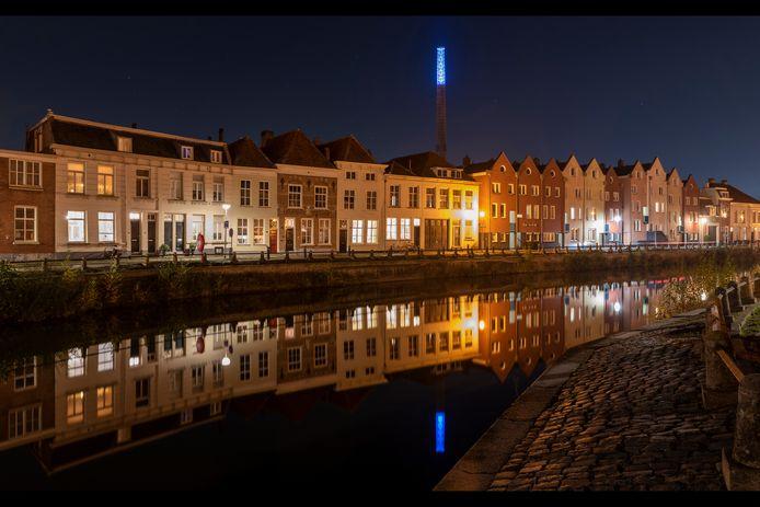 Op de foto van Bergenaar Piet van den Boom is een stukje van de Zuidzijde Haven te zien. De verlichte schoorsteen van de voormalige spiritusfabriek, de weerspiegeling in het water van De Kaai en het licht op de kinderkopjes schetsen een sprookjesachtig stukje Bergen op Zoom.