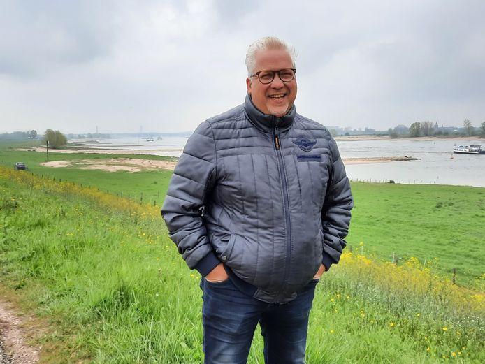 Jacco de Brouwer (51) op de dijk bij Dodewaard.