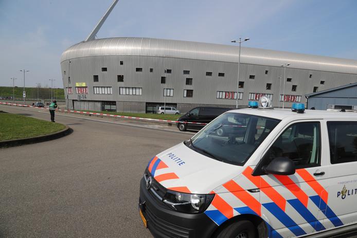 """De omgeving van het Cars Jeans Stadion is momenteel afgezet omdat daar vanochtend een handgranaat werd gevonden. ,,Er hadden hier gewonden, of nee erger, doden kunnen vallen"""", reageert ADO-directeur Mattijs Manders."""