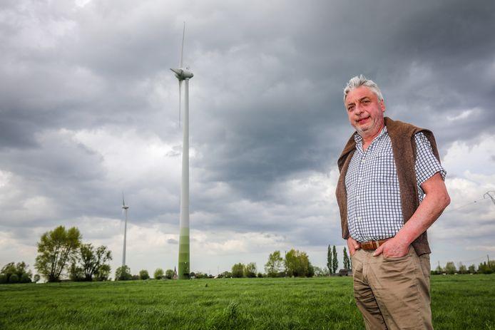 Diksmuids schepen Marc Deprez wil nog meer windmolens plaatsen. Nu staan er al twee in Nieuwkapelle