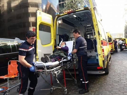 Verplegers behandelen een gewonde vrouw.