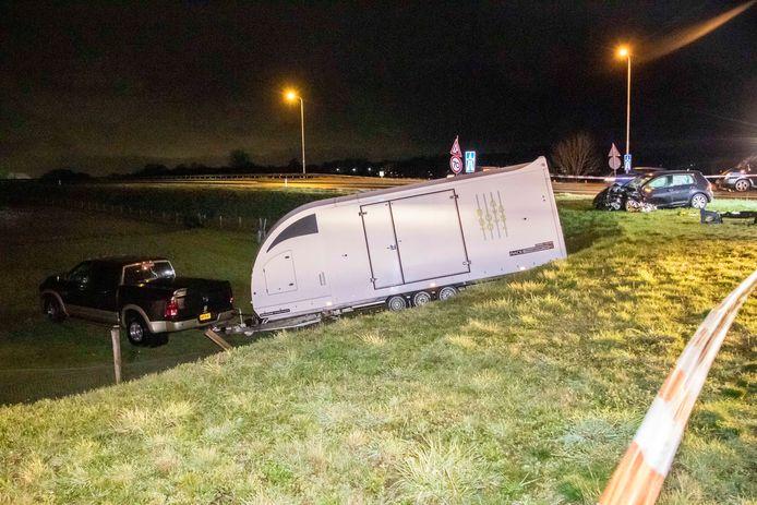 De auto met trailer belandde in de berm langs de weg.
