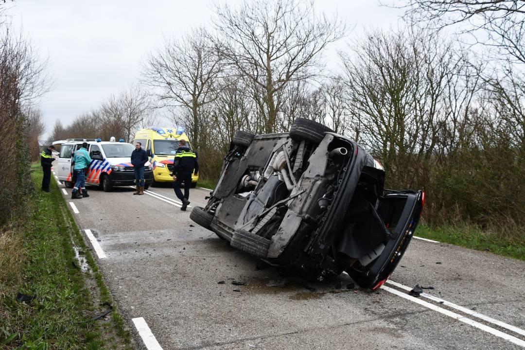 De auto raakte zwaar beschadigd bij het ongeval, maar de inzittenden mankeerde niks.