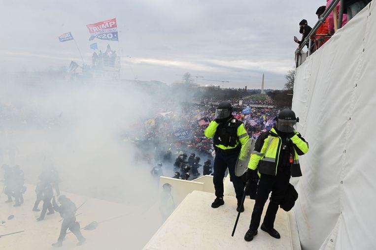 Zowel de politie als Trump-aanhangers zetten chemisch irriterende stoffen in tijdens de bestorming van het Capitool. Beeld AFP