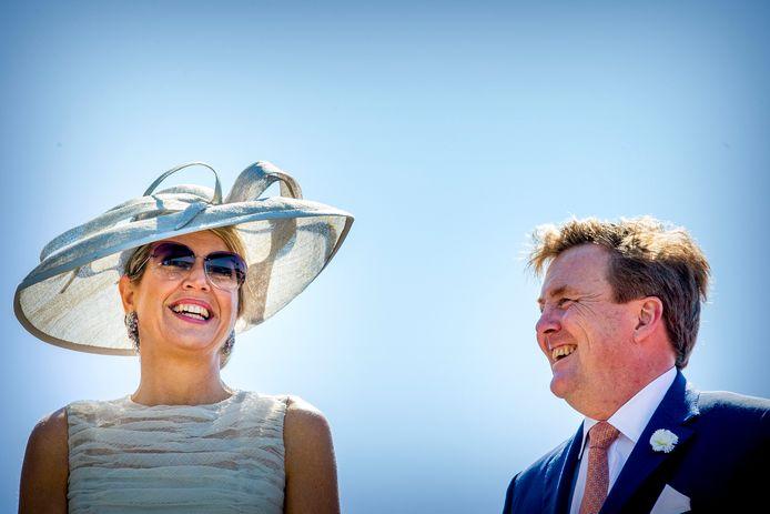 Koning Willem-Alexander en koningin Máxima  stralen tijdens een eerder streekbezoek.