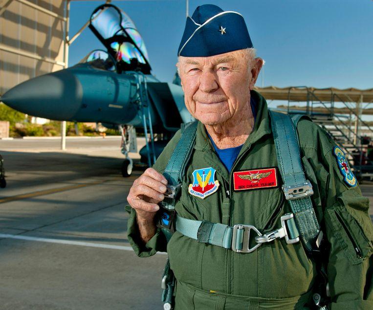 Tot op hoge leeftijd bleef Chuck Yeager actief in het luchtruim, zoals hier in 2012. Beeld AFP