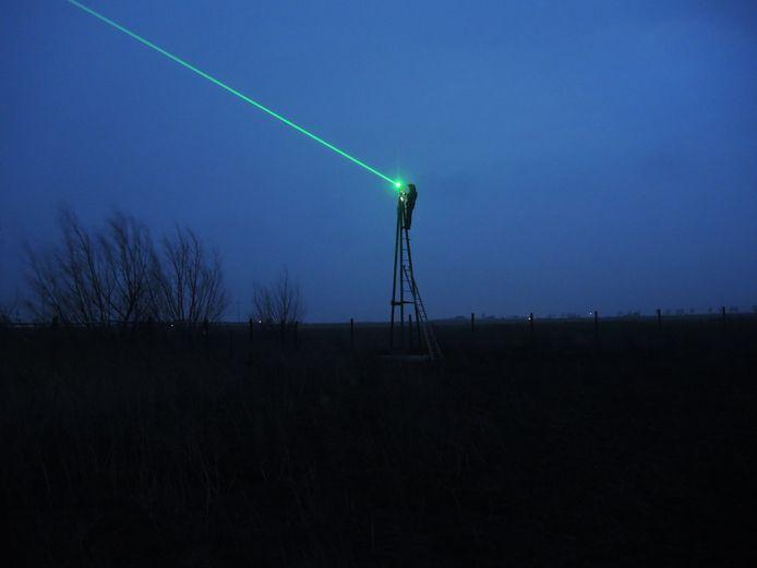 Een laser op een mast van 6 meter hoog bij een pluimveebedrijf verjaagt wilde vogels.