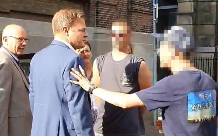 Kamerlid Omtzigt werd bij het verlaten van het Kamergebouw geïntimideerd door een groepje demonstranten. Beeld youtube