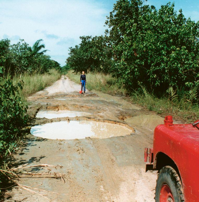 Met de oude Land Rover door de plassen in Congo. Beeld