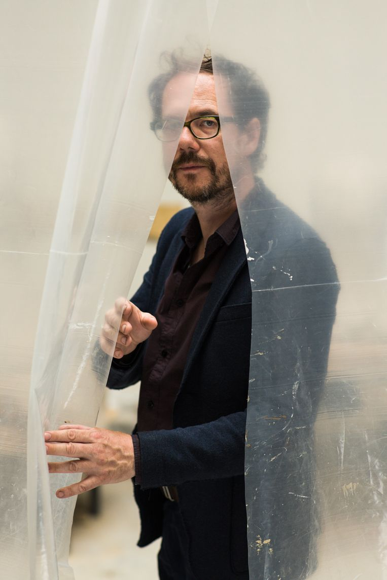 Kunstenaar Mark Manders (1968) exposeert tot 24 mei in Het Bonnefantenmuseum in Maastricht. In The Absence of Mark Manders wordt zichtbaar hoe zijn oeuvre zich voortdurend ontwikkelt: van oud werk dat is herzien tot zijn nieuwste creaties. Zowel een overzicht als een nieuwe stap in zijn kunstenaarsproces. Beeld Koos Breukel