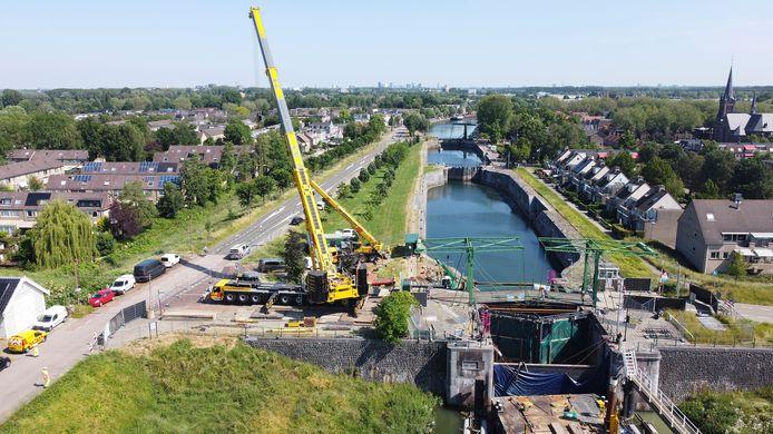 De Koninginnesluis in Nieuwegein heeft bij de Emmabrug nieuwe sluisdeuren gekregen.