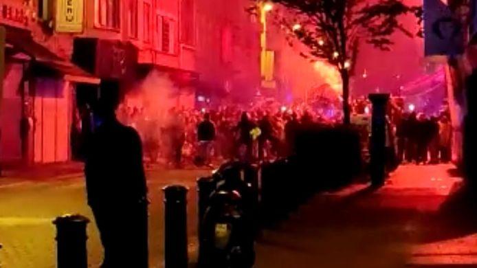 De Wondelgemstraat liep al snel vol met uitzinnige supporters.