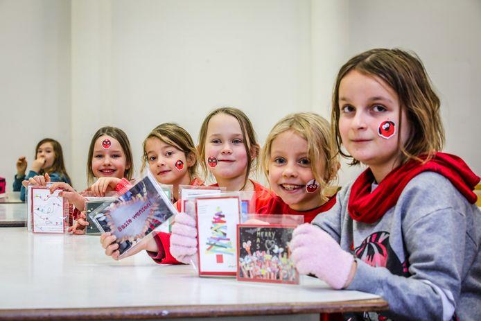 Elke klas van Leefschool De Vlieger maakte zelf een wenskaart ten voordele van Rode Neuzen Dag.