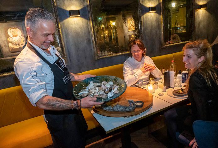 Edwin Vinke serveert een spicy fruits de mer voor hotelgasten van Eleanor in Middelburg.