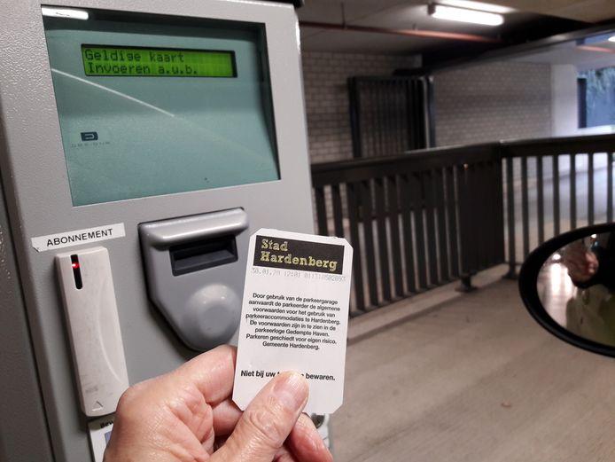 Nu moet nog betaald worden voor een plekje in de parkeergarage onder het gemeentehuis van Hardenberg. Na de zomer van 2021 wordt hier parkeren de eerste drie uur gratis.