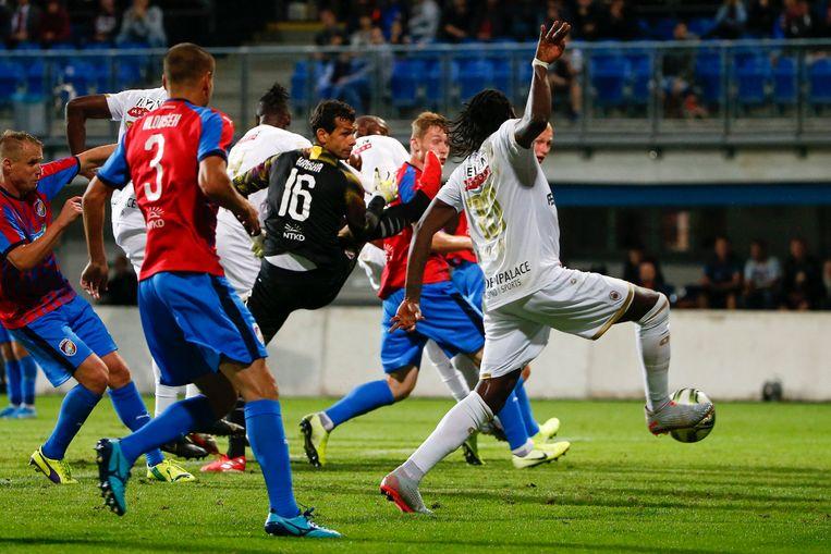 Dieumerci Mbokani na zijn doelpunt. Beeld Photo News